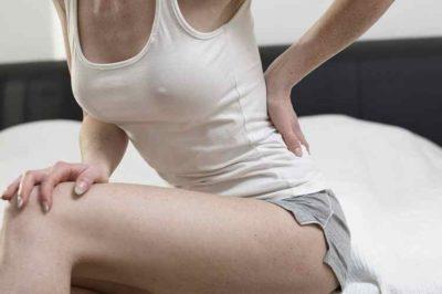 Почему болит живот за неделю до месячных